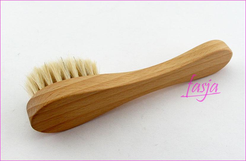 drewniana szczoteczka do twarzy